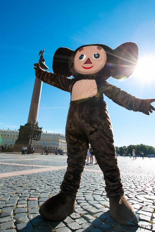 Чебурашка гуляет по Дворцовой