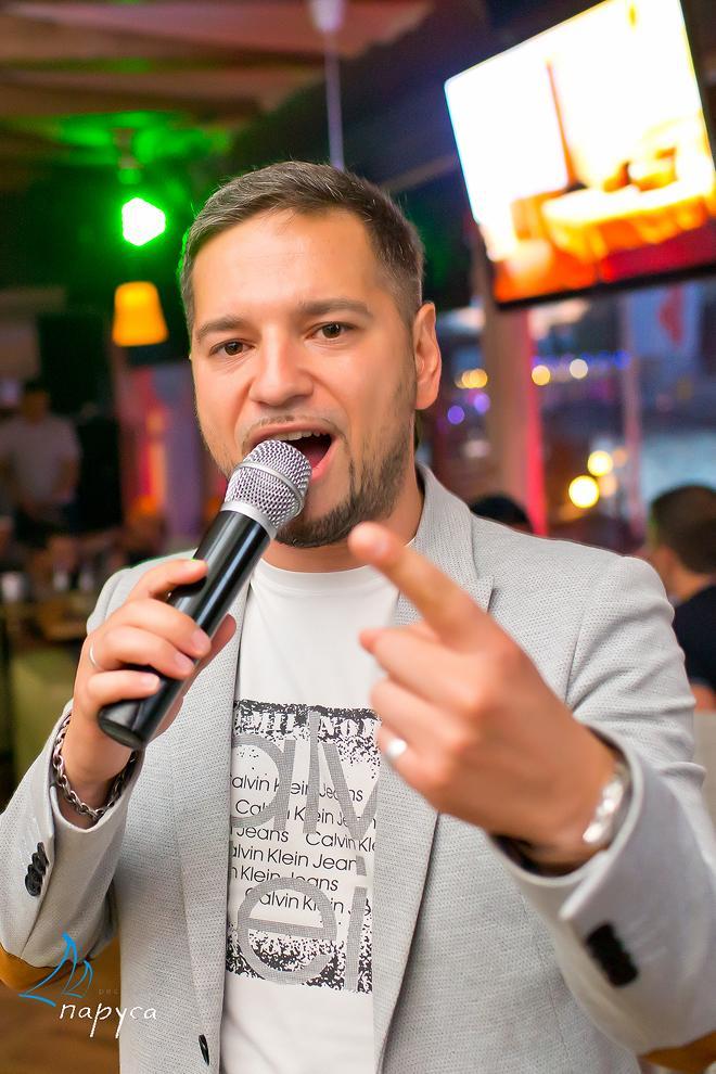 Бэк-вокалист в караоке бар